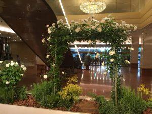 新宿京王プラザのバラのオブジェ